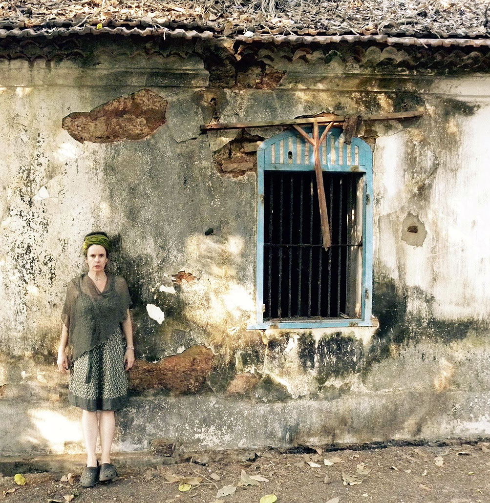 Nessi steht vor einem sehr altem Haus