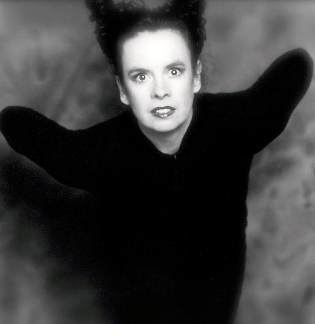 Nessi ganz in schwarz gekleidet und fotografiert