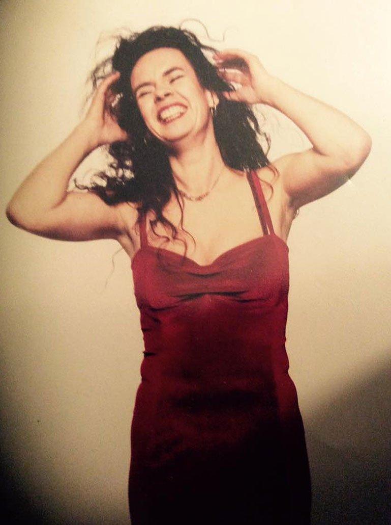 Nessi im roten Abendkleid