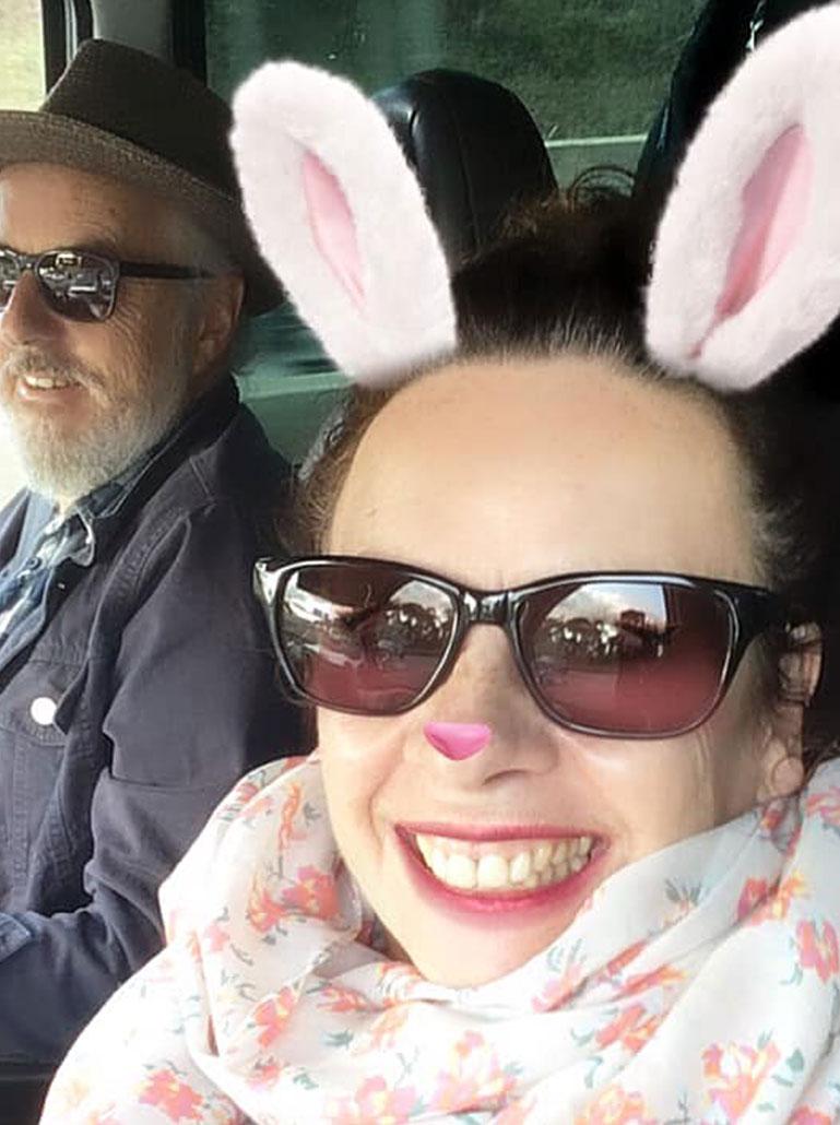 Nessi macht ein Selfie mit Hasenohren