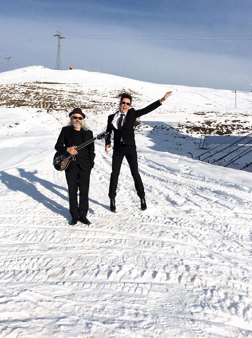 Nessi und William in den verschneiten Bergen