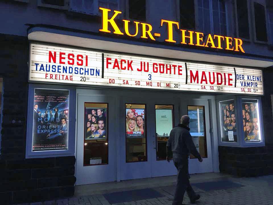 Nessis Schriftzug auf einer Kinoleuchttafel