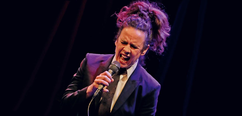 Nessi singt in ein Mikrofon