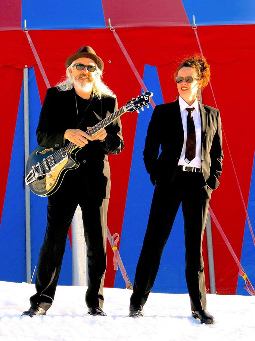 Nessi und William im Anzug und Krawatte
