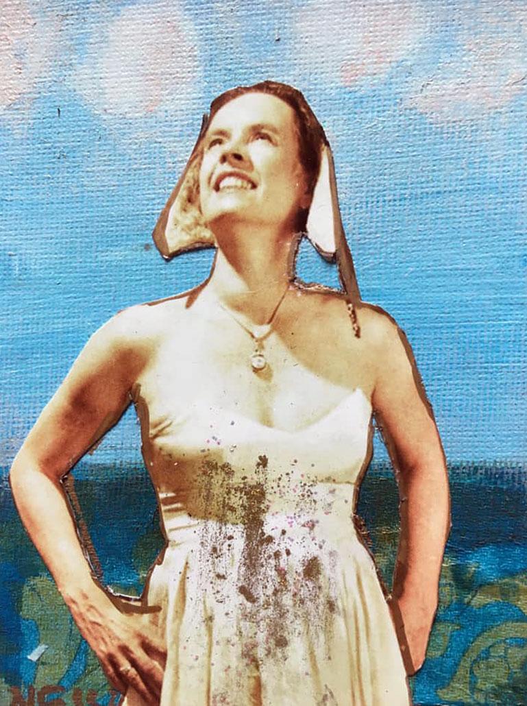 Nessi als Magdfrau verkleidet vor Leinwand