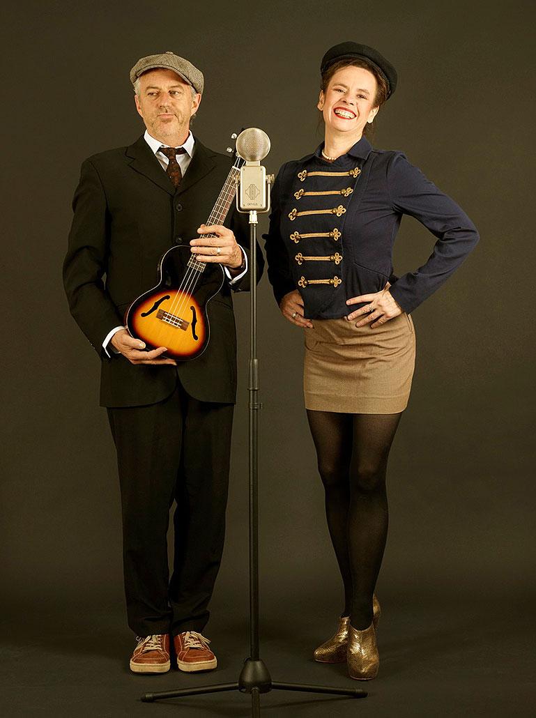 Nessi und William vor einem alten Mikrofon