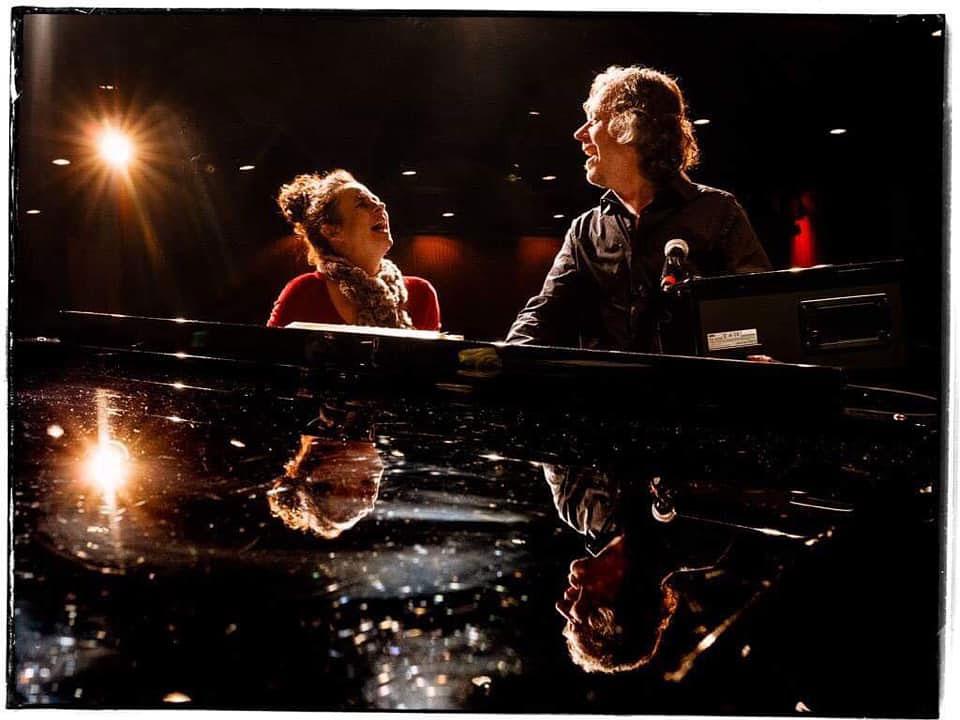 Nessi zusammen mit Marcus Schinkel am Klavier