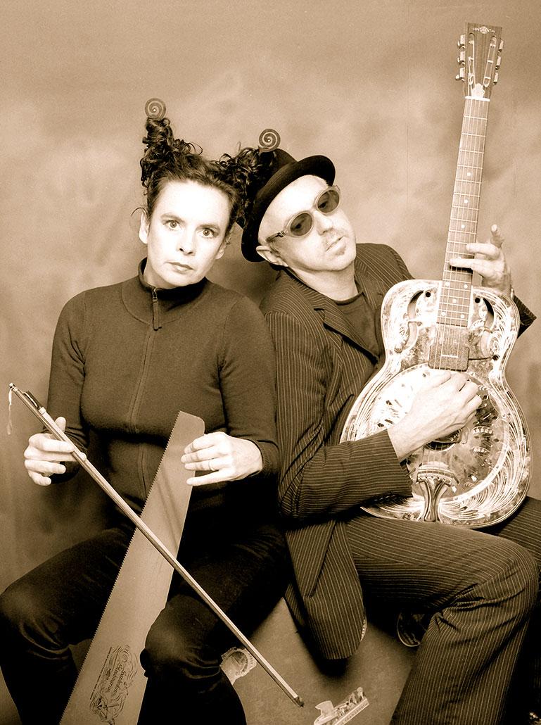 Nessi und William posieren mit ihren Instrumenten