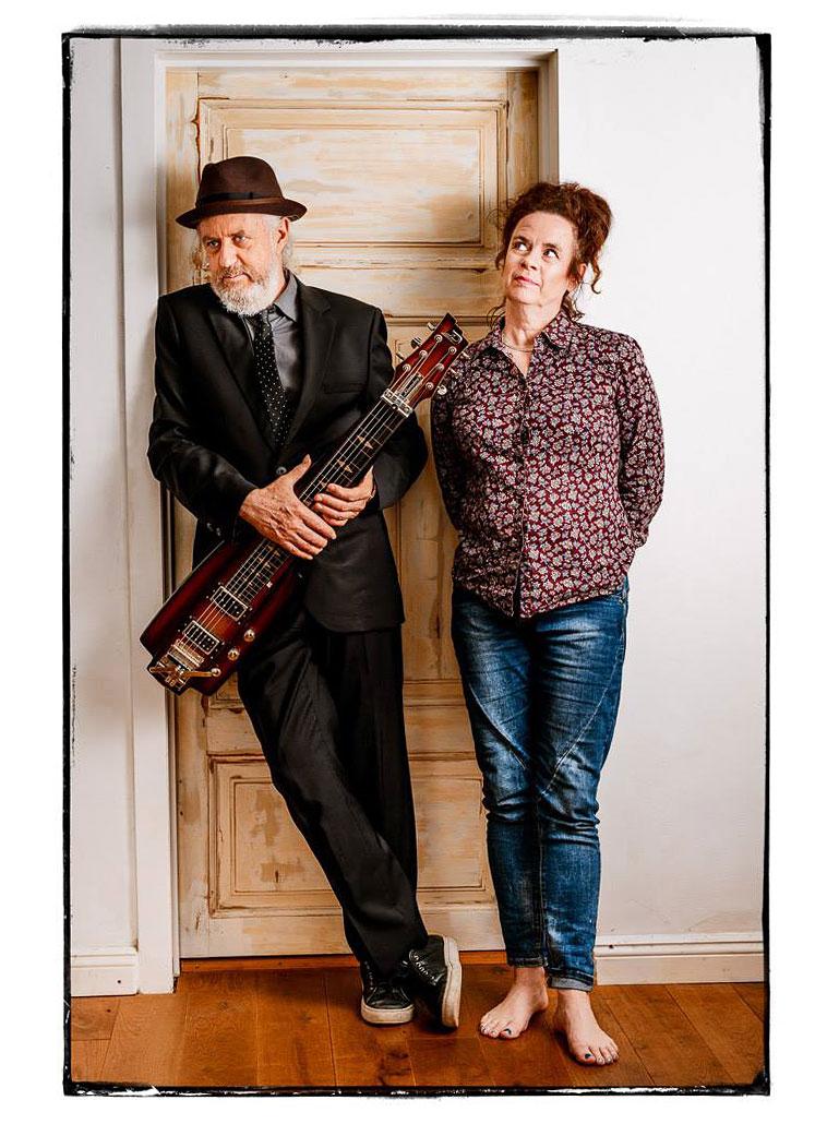 Nessi und William vor ihrer Studiotür