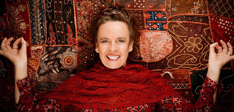Nessi stehend und lächelnd vor einem Quilt-Tuch